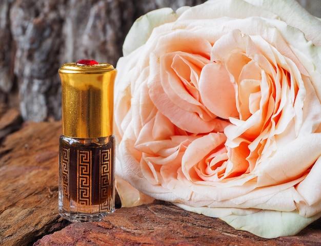 Konzentriertes rosenöl. arabisches parfüm attar.