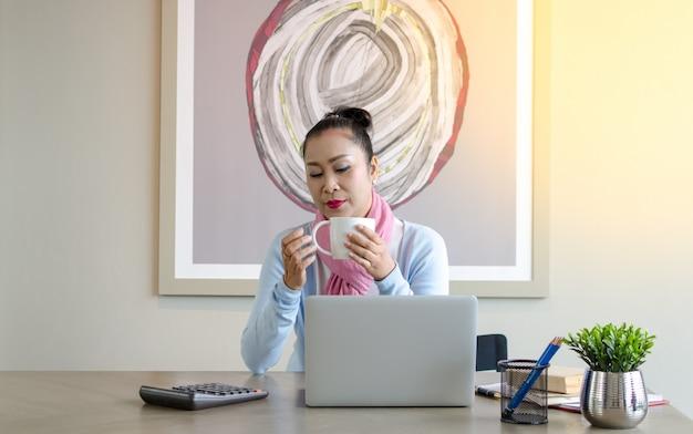 Konzept ältere paare verwenden den laptop für digitales online. ältere, die den gebrauch des laptops studieren