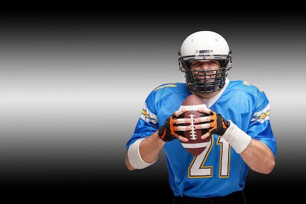 Konzept american football, porträt des american football-spielers im helm mit patriotischem blick. schwarzer weißer hintergrund, kopienraum.