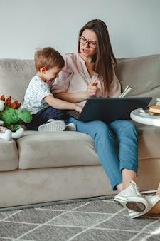 Konzept arbeit zu hause und zu hause familienerziehung, schwört mutter ein