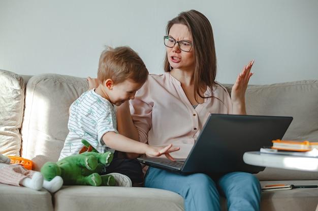 Konzept arbeit zu hause und zu hause familienerziehung, schwört mutter