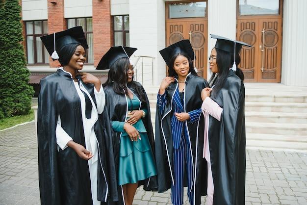 Konzept der abschlussfeier für junge studenten