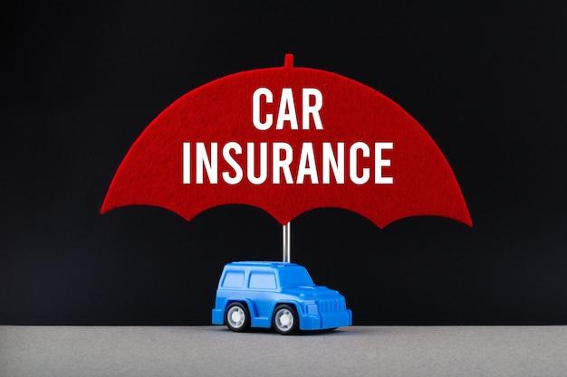 Konzept der autoversicherung mit spielzeugauto