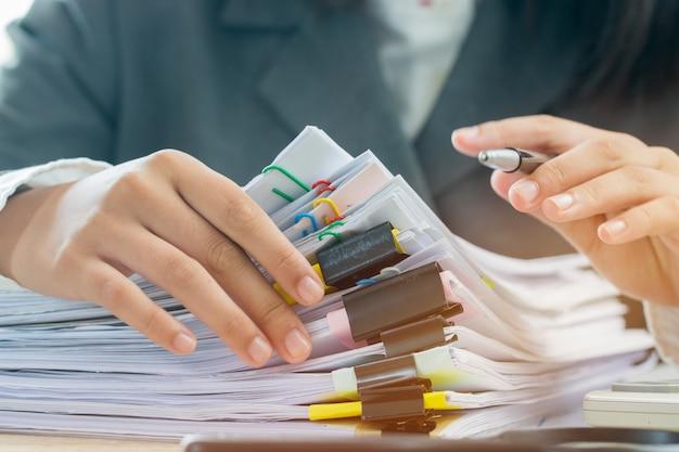 Konzept der buchhaltungsplanung budget geschäftsfrauenbüros, die für die anordnung von dokumenten arbeiten