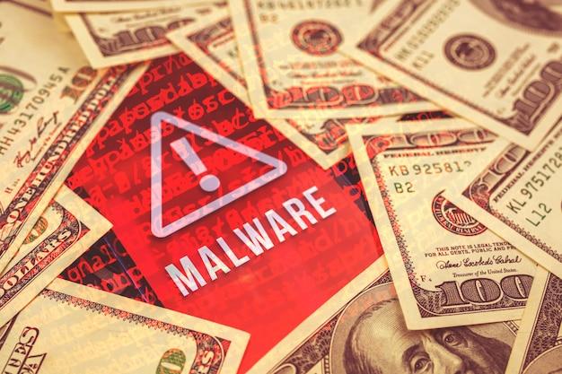 Konzept der cyber-angriffe, hintergrund der cyberkriminalität mit viren-malware auf dem bildschirm des smartphones, banknoten auf dem mobiltelefon