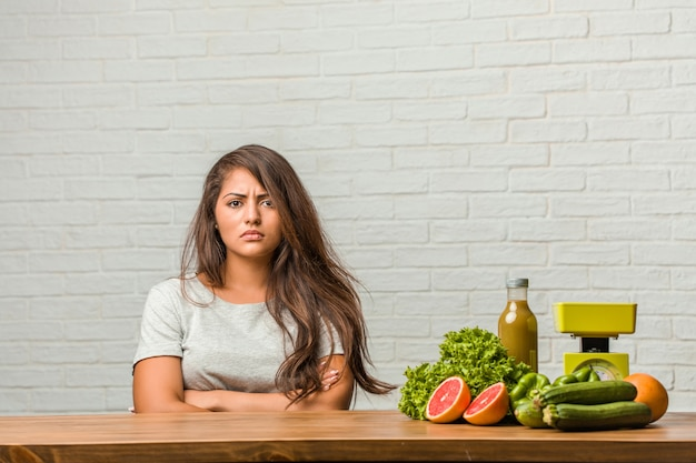 Konzept der diät. porträt einer gesunden jungen lateinischen frau sehr verärgert und verärgert, sehr angespannt und kreischend wütend, negativ und verrückt