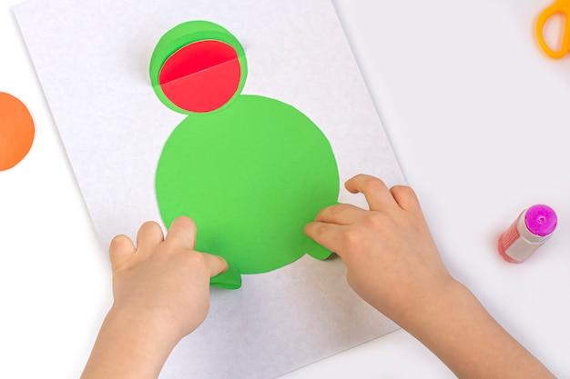 Konzept der diy- und kinderkreativität. schritt für schritt anleitung Premium Fotos