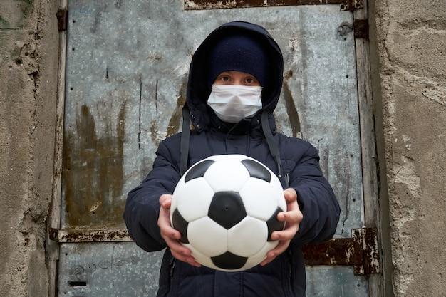 Konzept der epidemie und quarantäne - ein junge mit einer gesichtsmaske und