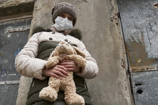 Konzept der epidemie und quarantäne - ein mädchen mit einer gesichtsmaske und