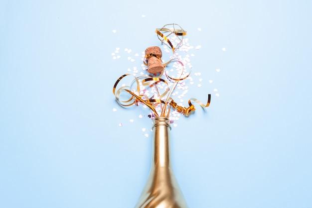 Konzept der eröffnung einer teuren goldenen champagnerflasche für die feier