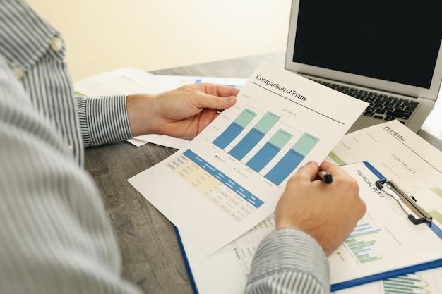 Konzept der finanzierung mit mann, der eine finanzplanung tut