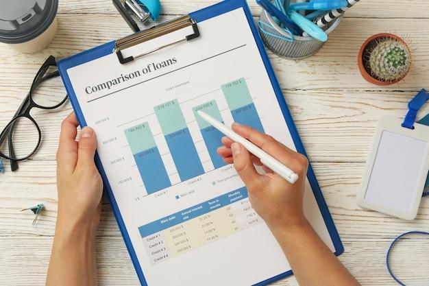 Konzept der finanzplanung mit weiblichem handhaltestift