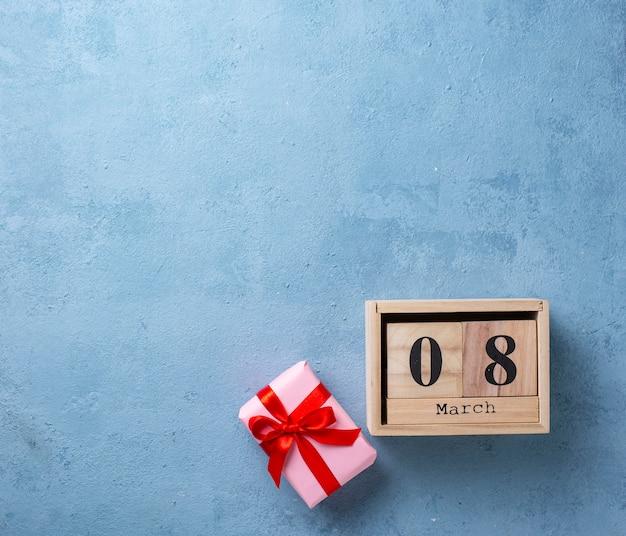 Konzept der frauen tagesmit hölzernem kalender
