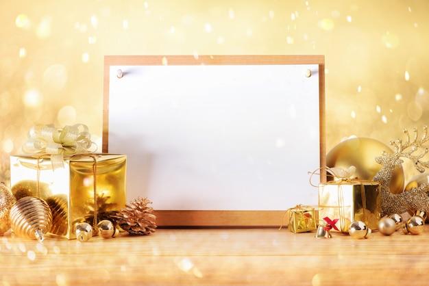 Konzept der frohen weihnachten und des guten rutsch ins neue jahr mit goldfarbe andere dekoration