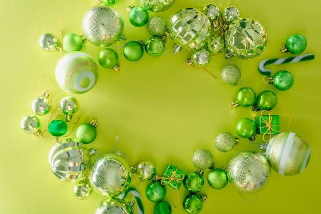 Konzept der frohen weihnachten und des guten rutsch ins neue jahr mit grüner farbe der feierbälle andere dekoration