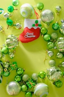Konzept der frohen weihnachten und des guten rutsch ins neue jahr mit grüner farbe der feierbälle