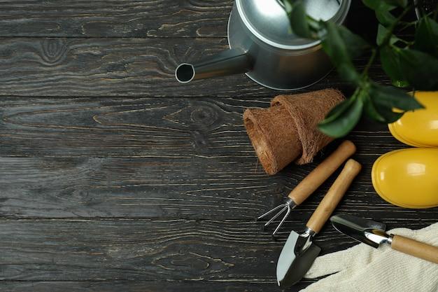 Konzept der gartenarbeit auf rustikalem hölzernem hintergrund