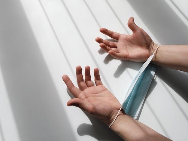 Konzept der gefesselten hände und der unfähigkeit, durch bars zu gehen