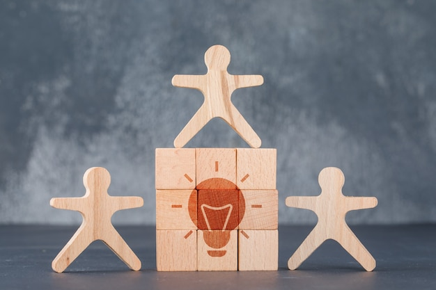 Konzept der geschäftsidee mit holzklotzwand mit ideensymbol.