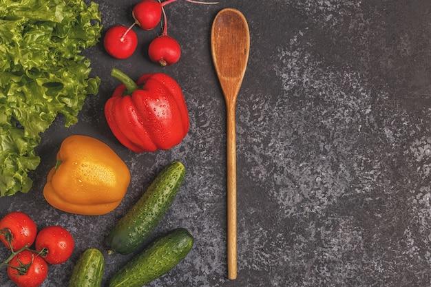 Konzept der gesunden ernährung mit verschiedenen gemüsesorten zum kochen