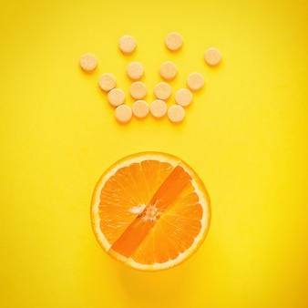 Konzept der gesunden ernährung. vitamin c ist das hauptvitamin, der könig unter den vitaminen. fitness, flach liegen