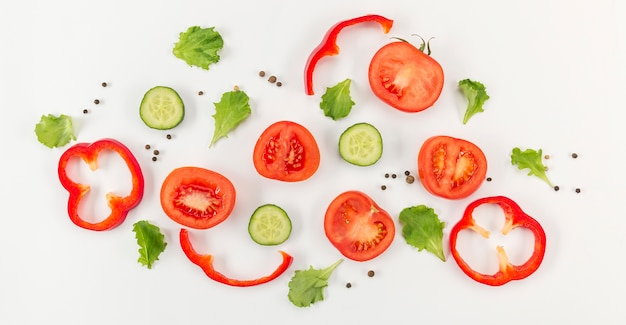 Konzept der gesunden ernährung von gemüse und tomaten