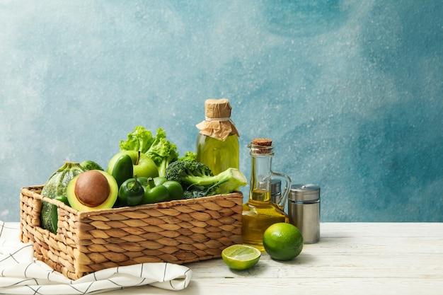 Konzept der gesunden nahrung mit gemüse und früchten auf weißem holztisch