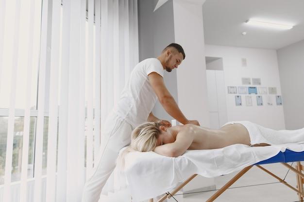 Konzept der gesundheitsversorgung und der weiblichen schönheit. masseurinnen machen eine massage von einem mädchen. frau in einem spa-salon.