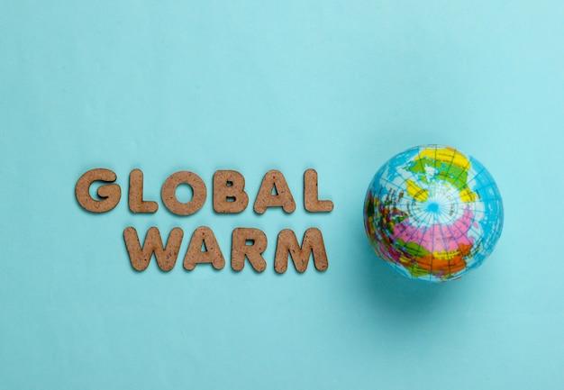 Konzept der globalen erwärmung. globus auf blau