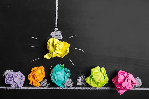 Konzept der großartigen idee, zerknittertes papier auf der tafel