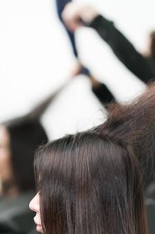 Konzept der haartrocknung, beruf im professionellen schönheitssalon.