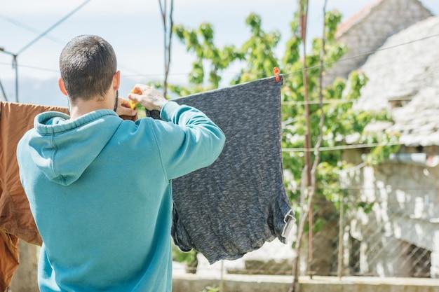 Konzept der hängenden kleidung zum trocknen im garten