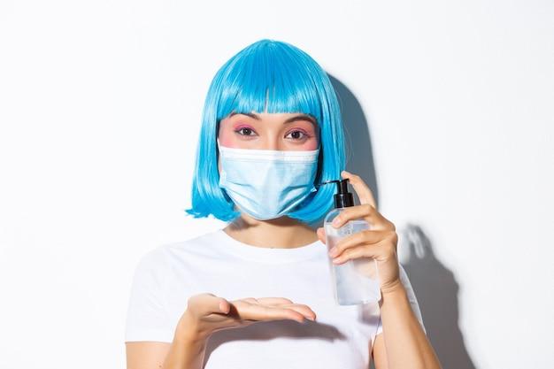 Konzept der halloween-feier und des coronavirus. nahaufnahme der niedlichen asiatischen frau in der medizinischen maske