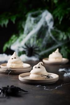 Konzept der halloween-party mit baiser und spinnen, selektives fokusbild