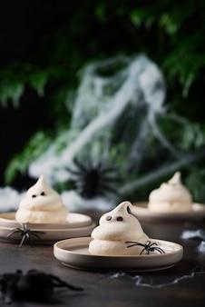 Konzept der halloween-party mit baiser und spinnen