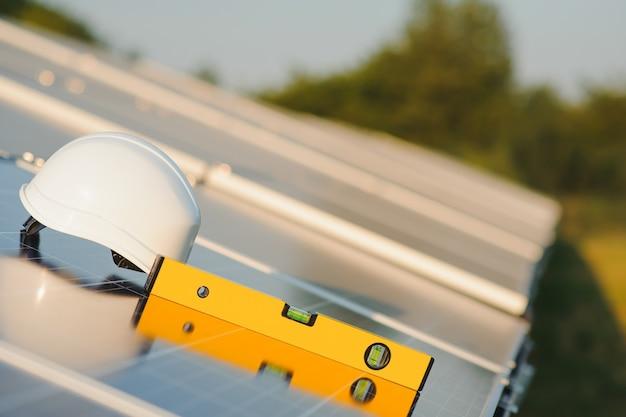 Konzept der installation von sonnenkollektoren