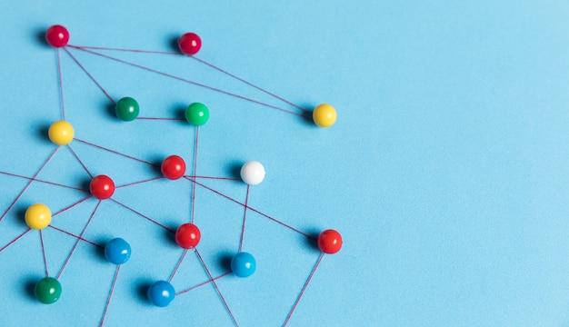Konzept der kommunikation mit pins kopierraum