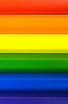 Konzept der lgbt- und lgbtq-regenbogenflagge mit buntstiften, vertikales foto