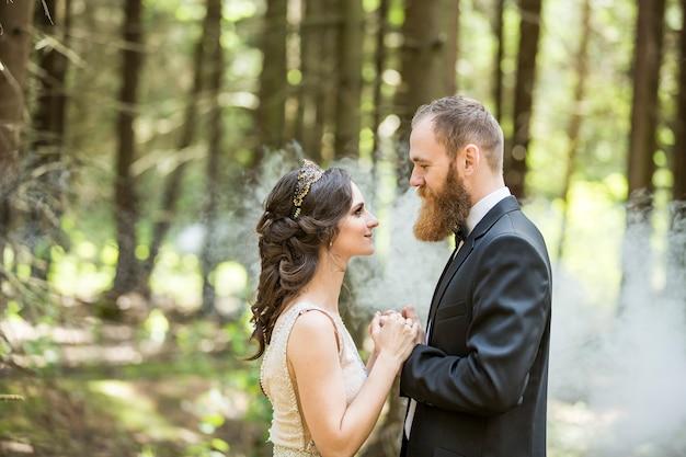 Konzept der liebe. die braut und der bräutigam auf der des parks