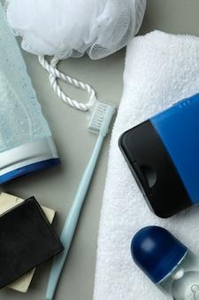 Konzept der männerhygienewerkzeuge auf hellgrauem isoliertem hintergrund