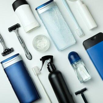Konzept der männerhygienewerkzeuge auf weißem isoliertem hintergrund