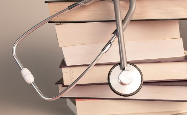 Konzept der medizinischen ausbildung mit buch und stethoskop