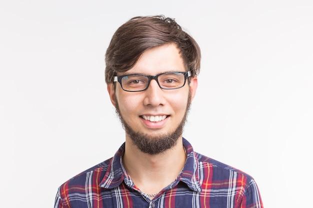 Konzept der menschen und emotionen - nahaufnahme des porträts eines bärtigen jungen mannes in gläsern auf weißem hintergrund
