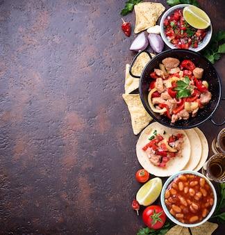 Konzept der mexikanischen küche. salsa, tortilla, bohnen, fajitas und tequila