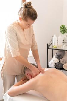 Konzept der nackenmassage mit mittlerem schuss