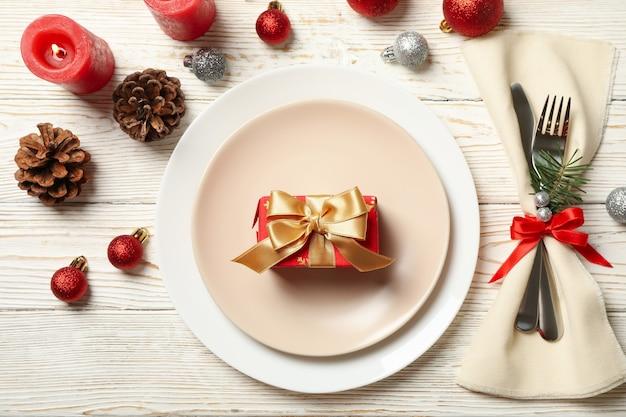 Konzept der neujahrstabelle mit geschenkbox auf holztisch