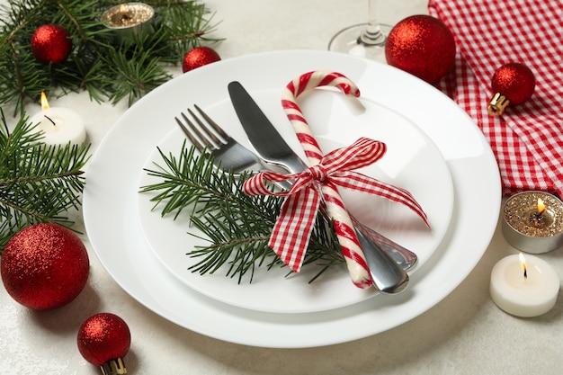 Konzept der neujahrstabelle mit kerzen auf weißem tisch