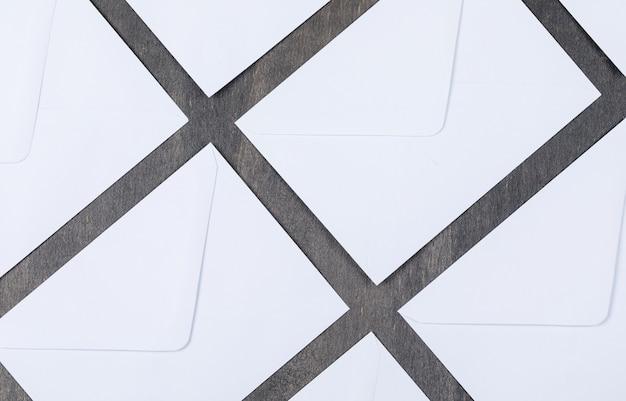 Konzept der post mit weißen umschlägen auf grauer hintergrundoberansicht. horizontales bild