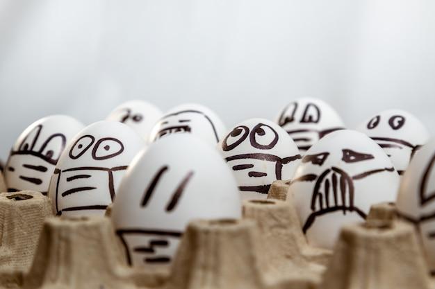 Konzept der quarantäne ostern. nahaufnahme von ostereiern mit gezeichneten medizinischen masken und emotionen. platz kopieren