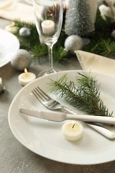 Konzept der romantischen neujahrstabelle einstellung auf grauem tisch